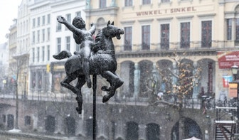 Het sneeuwt in Utrecht; de straten kleuren langzaam steeds witter