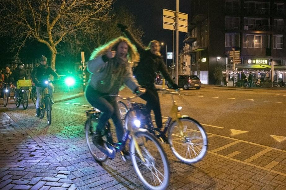 Jongeren stappen op de fiets voor rave door Utrecht