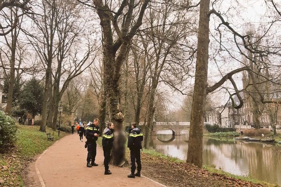 Man valt uit boom langs singel in Utrecht en belandt in het water