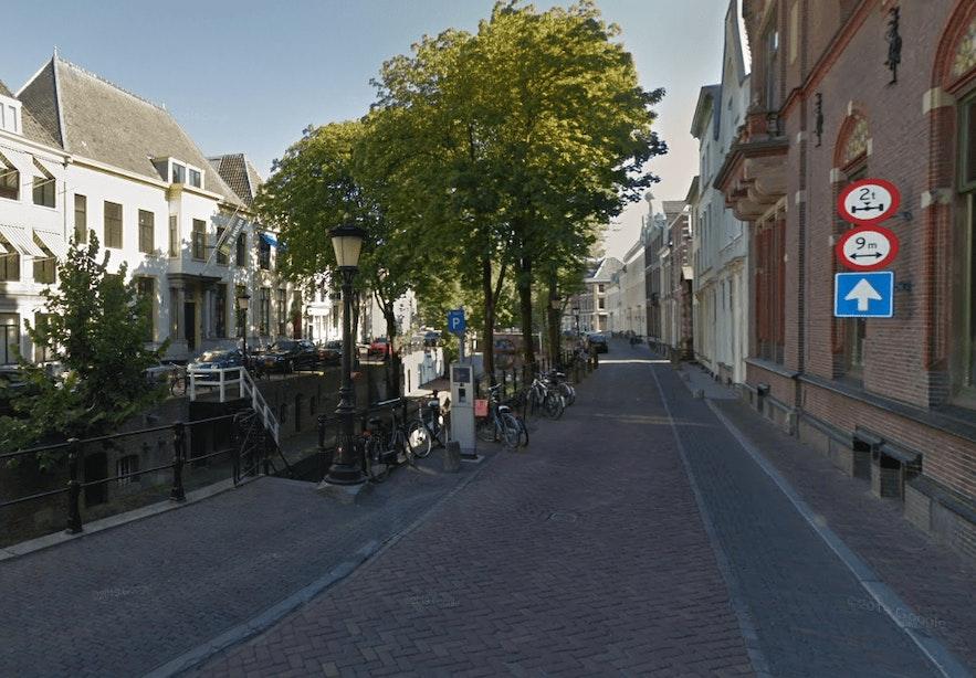 Zeer zware betonmixer op Nieuwegracht, mogelijk schade aan werfkelders