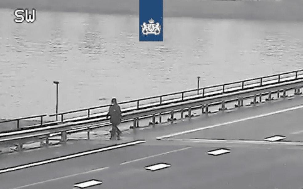 Wandelaar steekt via snelweg Amsterdam-Rijnkanaal over richting Utrecht