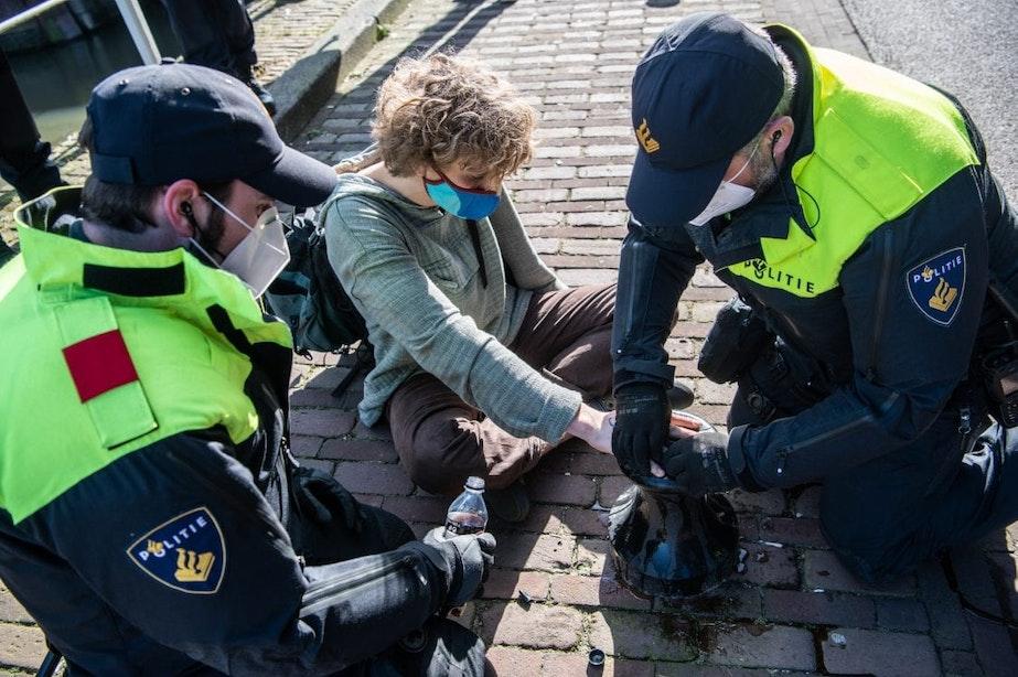 Foto's: verkeersblokkades, 100 arrestaties, activisten lijmen zich vast, lenteoffensief van klimaatdemonstranten is begonnen