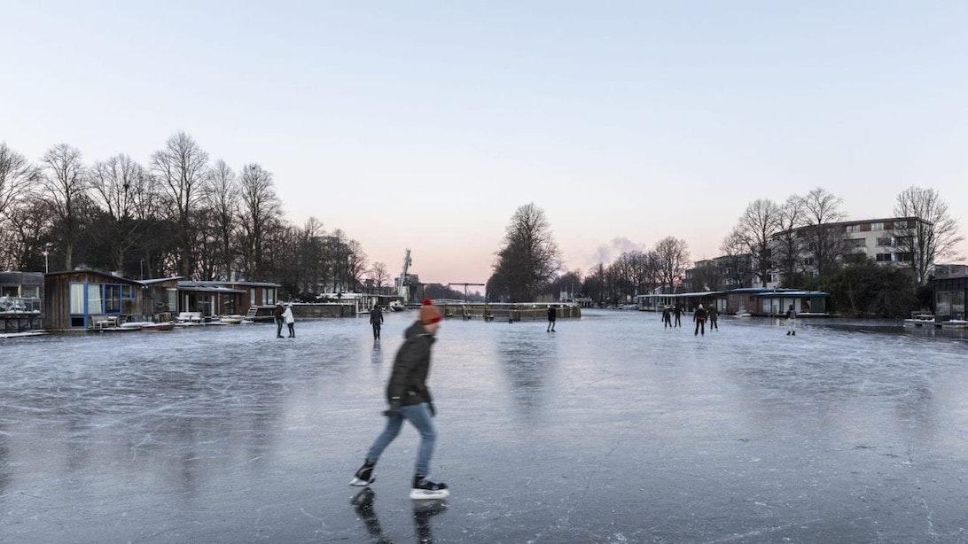 Gemeente waarschuwt schaatsers bij De Munt, singel en Merwedekanaal: 'Kom van het ijs af'