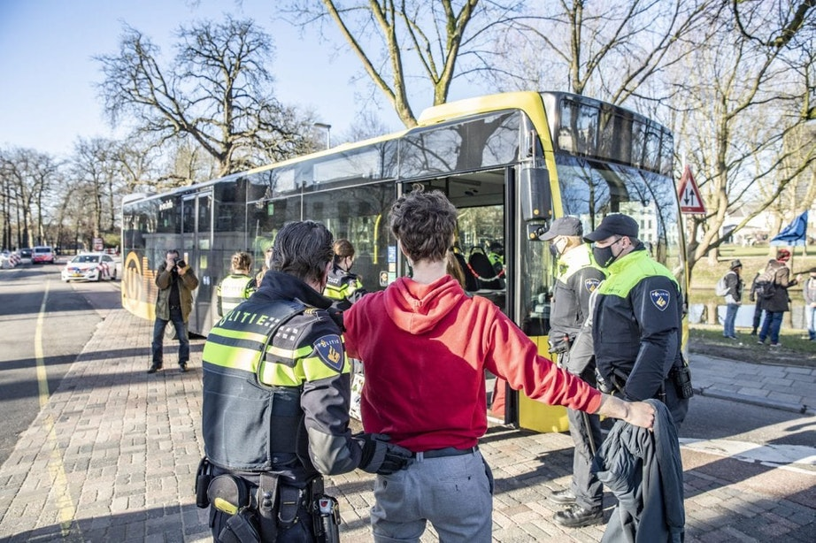 Burgemeester Dijksma verdedigt nogmaals massa-arrestatie van klimaatactivisten in Utrecht