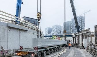 Bijzondere operatie in Utrecht; grote draagbalk van 90 ton geplaatst bij Smakkelaarsveld