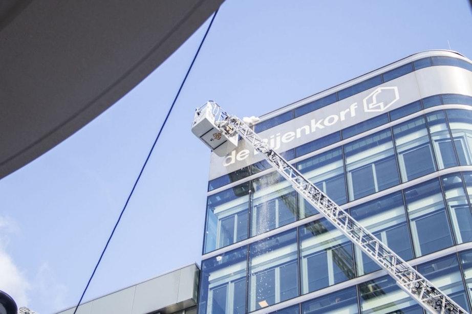 IJspegels aan gevel Bijenkorf in Utrecht vallen naar beneden; Brandweer aanwezig