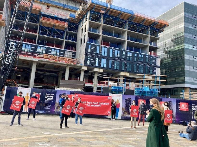 Protest tegen woningnood in Utrecht bij bouwplaats Galaxy Tower: 'Wij willen wonen'