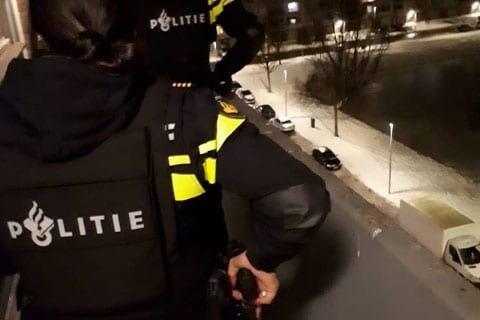 Voortvluchtige neemt de benen na avondklokcontrole; arrestatie in woning in Kanaleneiland