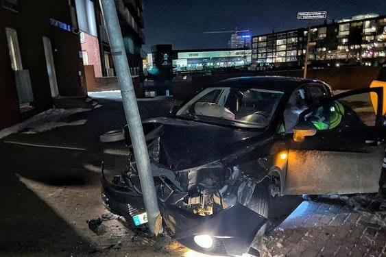 Bestuurder met rijverbod slaat op de vlucht voor de politie; Achtervolging eindigt tegen lantaarnpaal