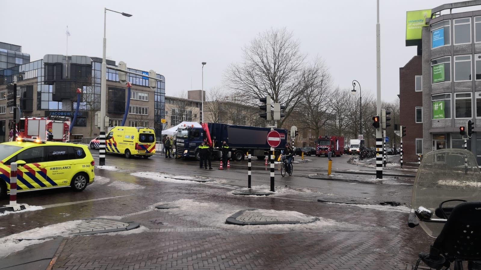 Zwaar ongeluk bij de Monicabrug in Utrecht: fietser komt onder vrachtwagen.