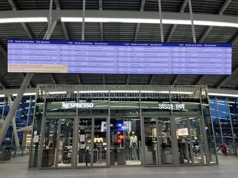Groot digitaal informatiescherm op Utrecht Centraal in gebruik genomen