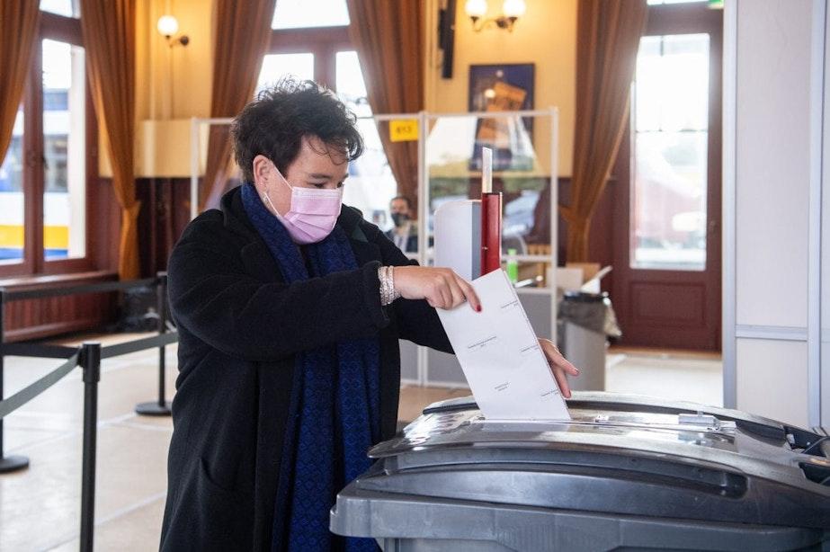 Stembureaus in Utrecht geopend; burgemeester Dijksma stemt in Spoorwegmuseum
