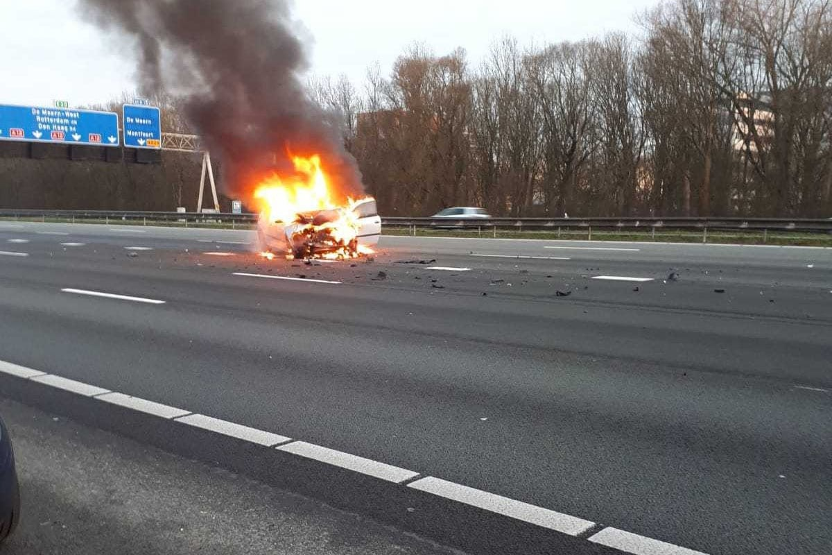 Auto vliegt in brand na ongeluk A12 bij Utrecht; bestuurder aangehouden.