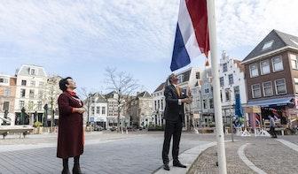 Koningsdag van start: Utrechtse burgemeester Sharon Dijksma hijst nationale vlag