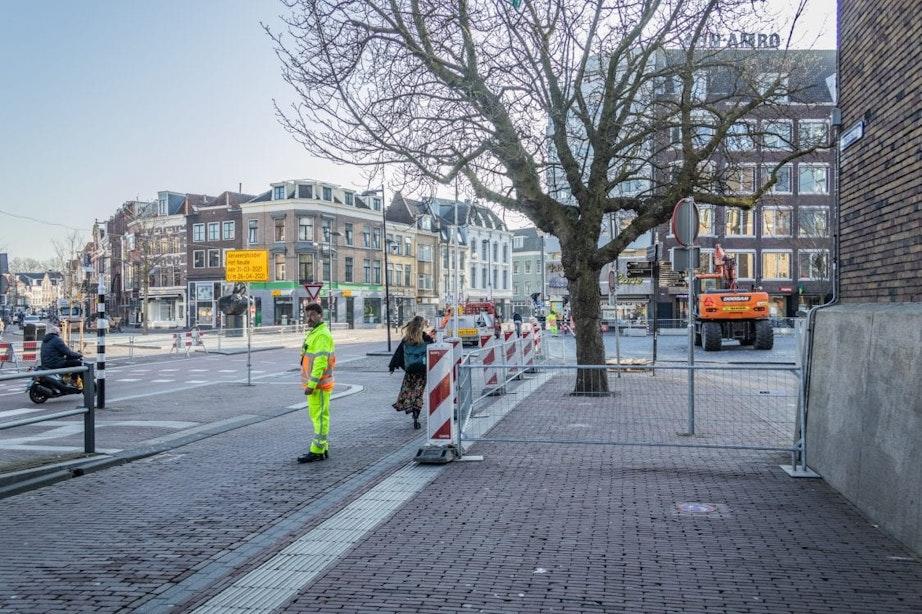 Bestrating rond standbeeld de Haas in centrum Utrecht krijgt weer het originele driehoekpatroon