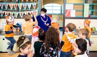 De Koningsspelen zijn weer begonnen; burgemeester bezoek Rietendakschool in Ondiep
