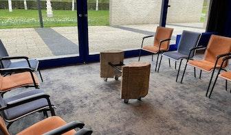 Stukken Domtoren gebruikt bij renovatie aula begraafplaats Daelwijck