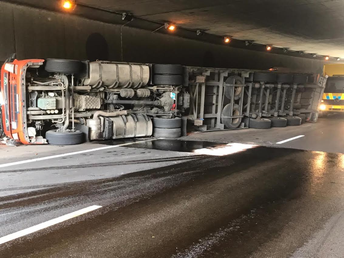 A1 bij Holten blijft nog uren dicht door gekantelde vrachtwagen.