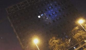 Basejumper springt van gebouw aan Gerbrandystraat in Utrecht