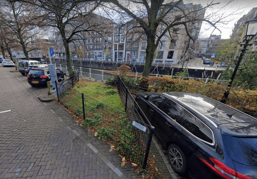 Parkeerplaatsen Bemuurde Weerd al zo'n vijf jaar afgezet met hekken vanwege slechte kade