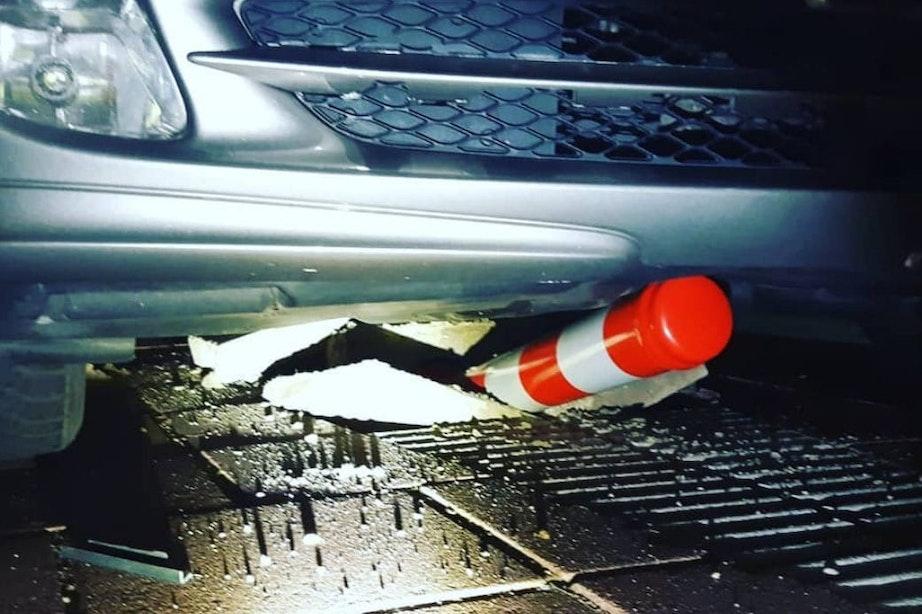Beschonken automobilist met ongeldig rijbewijs knalt op paal na achtervolging in Utrecht