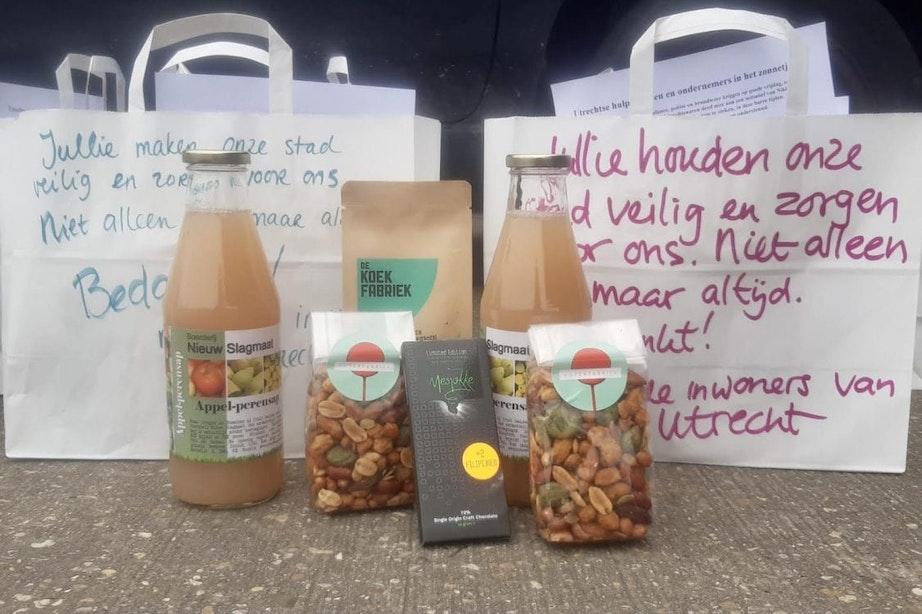 Utrechter deelt als verrassing tasjes met lekkers uit aan hulpdiensten