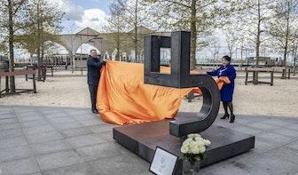 Burgemeester Sharon Dijksma onthult 4 en 5 mei monument op Berlijnplein