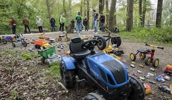 Ruim 200 speelgoedauto's in Amelisweerd bij Utrecht als protest tegen verbreding A27