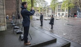 Burgemeester Dijksma legt samen met Klaas Taselaar krans bij het verzetsmonument