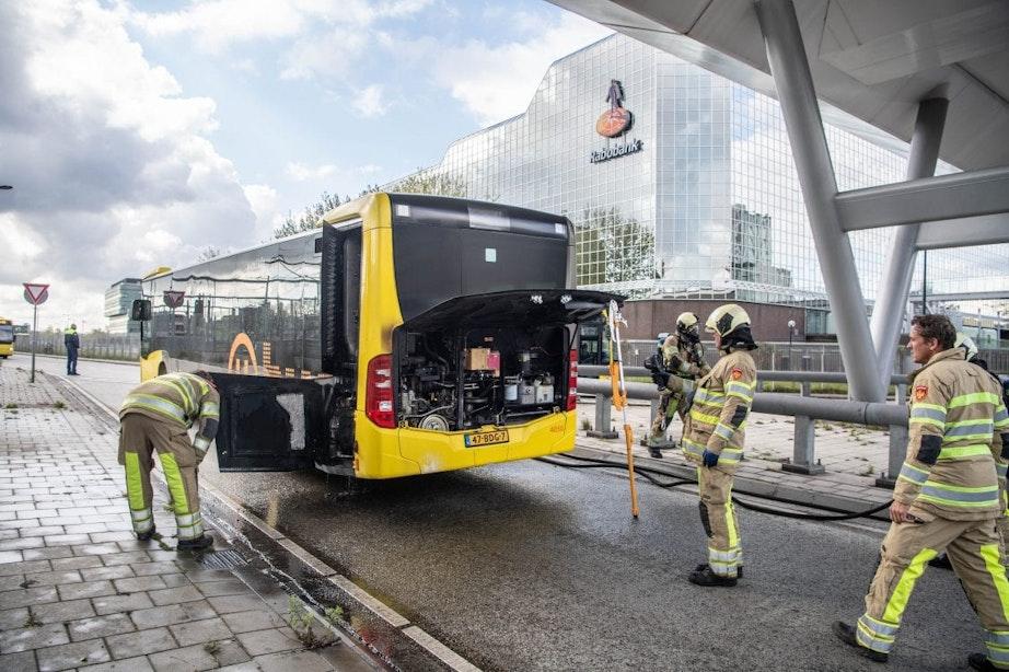 Brandweer blust motorbrand in bus bij Utrecht Centraal