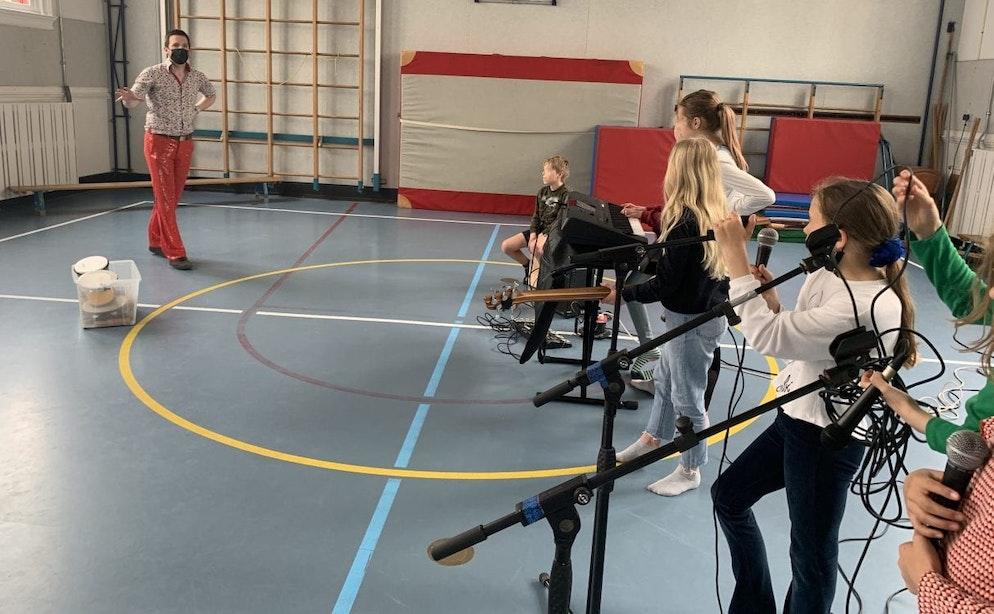 Medewerkers Stadsschouwburg doen vrijwilligerswerk op Utrechtse basisscholen