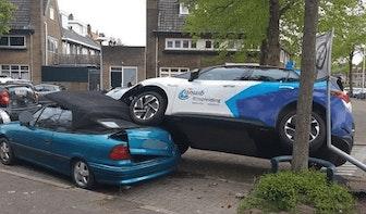 Lesauto belandt bovenop geparkeerde cabrio in Utrechtse Hunzestraat