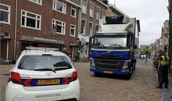 Te zware vrachtwagen rijdt tegen verkeer in op Plompetorengracht en beschadigt daarbij geparkeerde BMW
