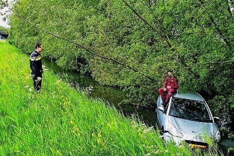 Automobilist onder invloed van verdovende middelen belandt in sloot naast A12 bij Utrecht