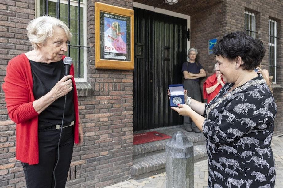 Burgemeester Dijksma krijgt gedenkpenning van klokkenluidersgilde op verjaardag Domtoren