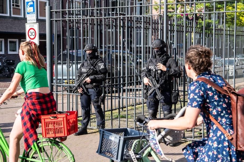 Zwaarbewapende agenten beveiligen rechtbank Utrecht