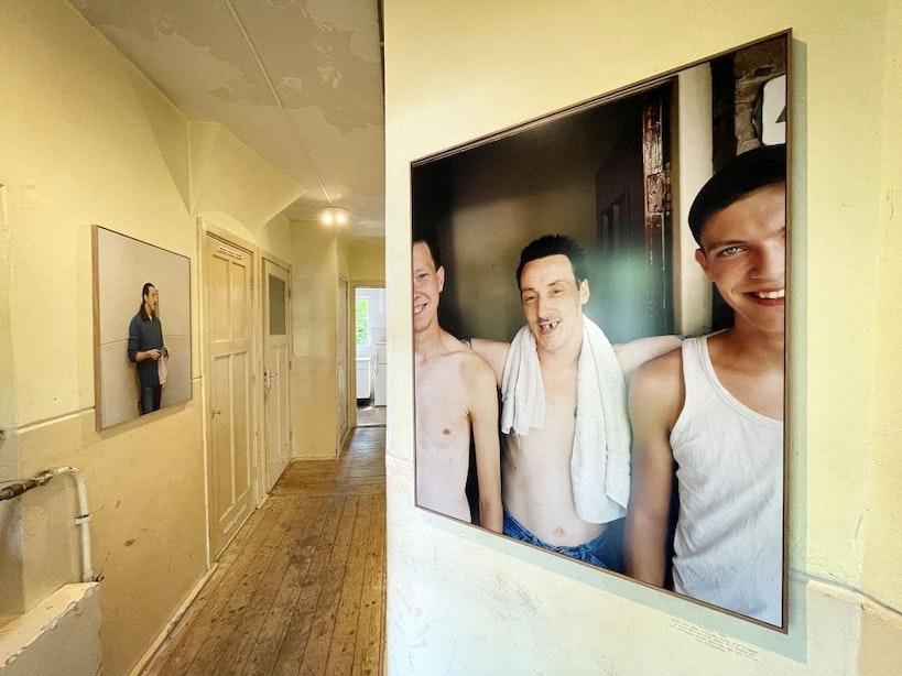Van gebruikerspand tot een tijdelijk Gesamtkunstwerk: Man Next Door toont indrukwekkende foto's van verslaafde Kid