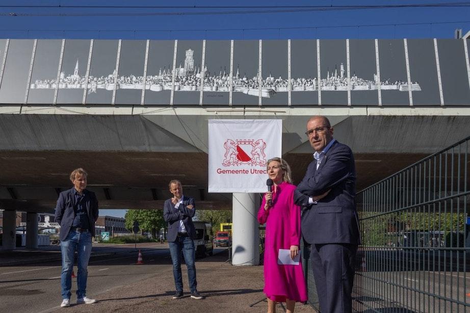 Wethouders onthullen logo van 900ste verjaardag van Utrecht op station Zuilen