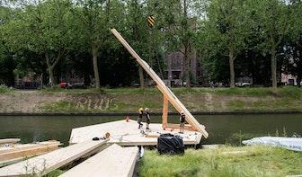 Bijzonder drijvend houten kunstwerk in de singel in Utrecht in aanbouw