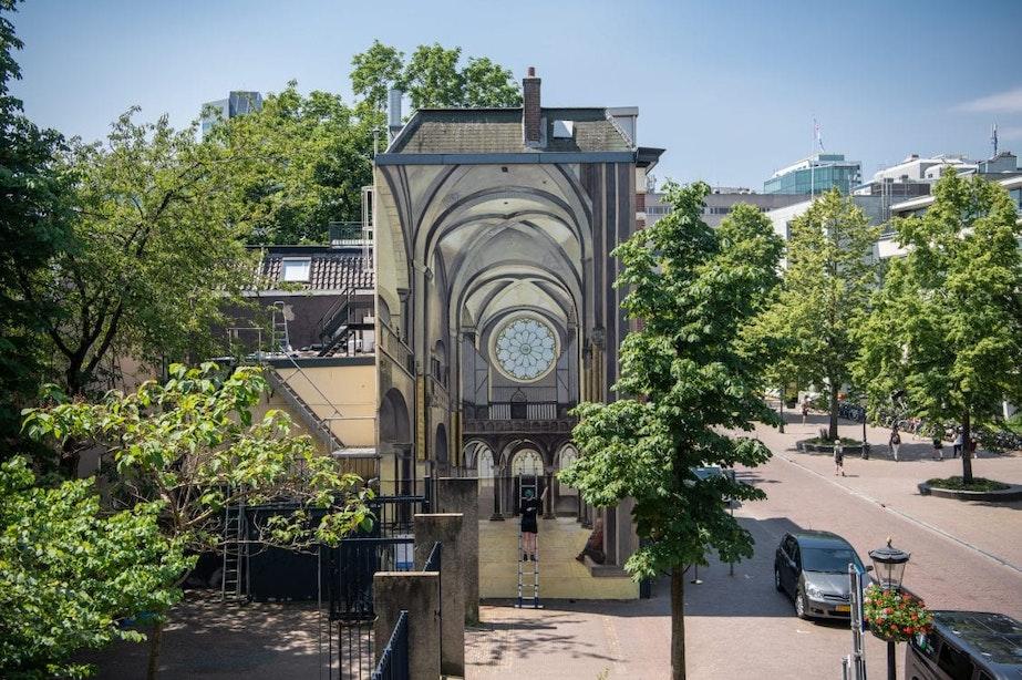 Nieuwe muurschildering De Strakke Hand brengt Mariakerk terug in straatbeeld