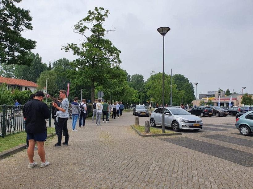 Rij van een uur bij coronatestlocatie Utrecht voor toegang clubs, discotheken en andere activiteiten