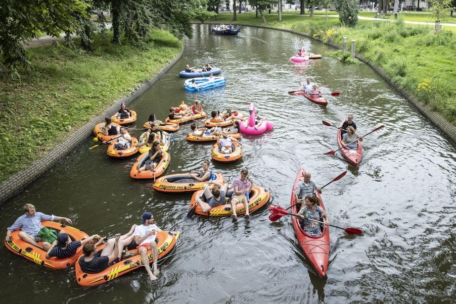 Enkele tientallen mensen varen tijdens vierde editie Dobberen en Slobberen door Utrechtse binnenstad