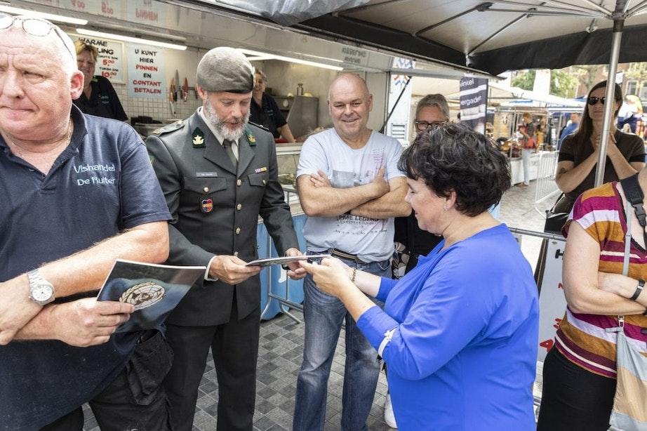 Utrechtse veteranen kregen zaterdag uit handen van burgemeester Dijksma een speciaal kookmagazine