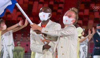 Utrechtse skateboarder Keet Oldenbeuving draagt vlag in Olympisch Stadion in Tokio