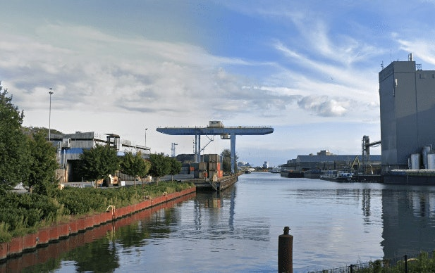 Fosfineschip Coby vaart onder begeleiding van Rijkswaterstaat naar Ketelmeer, maar is niet welkom
