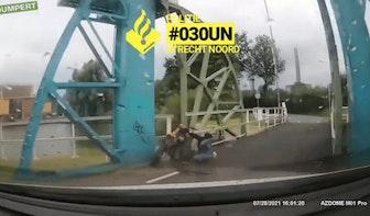 Video: bestuurder crossmotor glijdt onderuit na achtervolging door Zuilen
