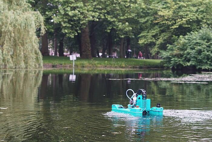 Door studenten ontwikkeld robotbootje De Krill meet waterkwaliteit van Utrechtse wateren
