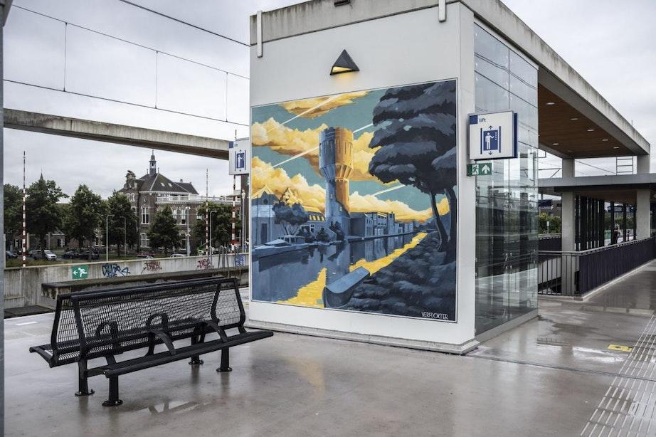 Verfdokter rondt tweede muurschildering op station Vaartsche Rijn in Utrecht af