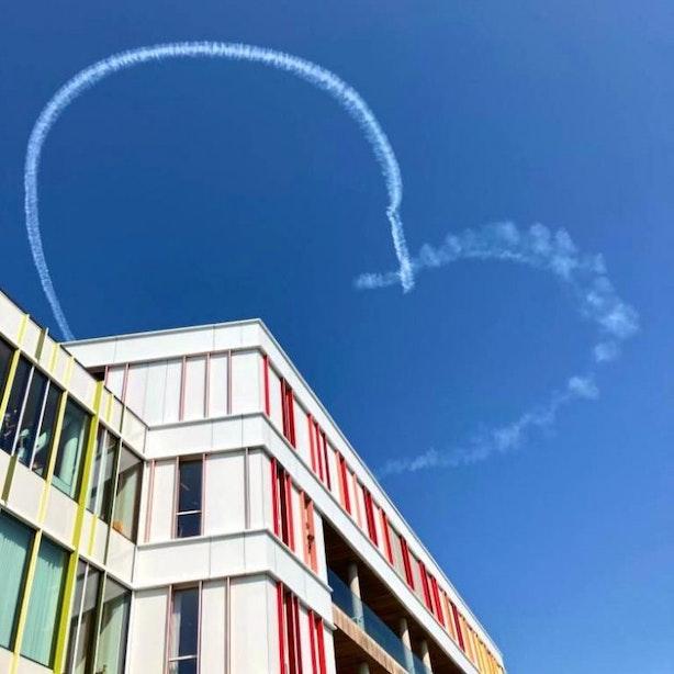 Stuntpiloot maakt hartjes in de lucht voor zieke kinderen in Utrechts Prinses Máxima Centrum
