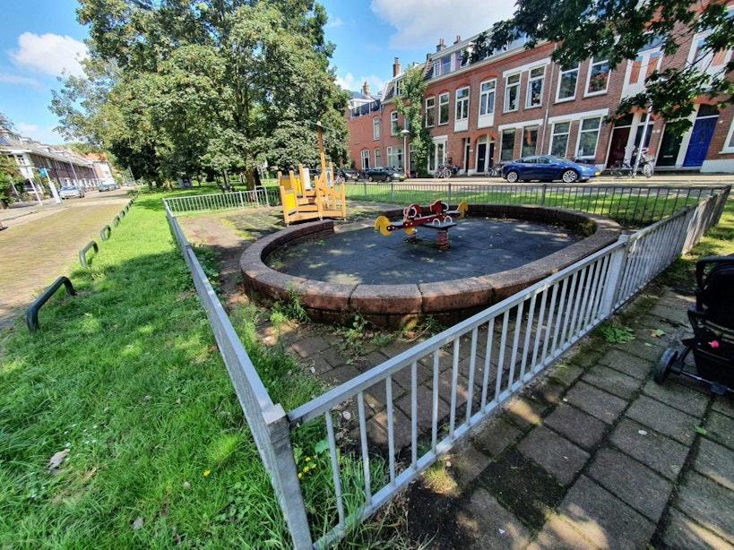 Deze speeltuin heeft een hek, maar geen ingang. Hoe staat het ervoor met de speelplaatsen in jouw buurt?